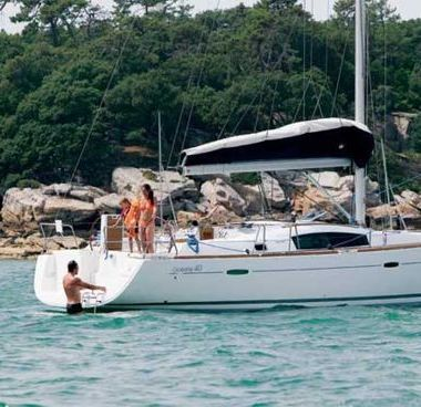 Sailboat Beneteau Oceanis 40 (2011)-4