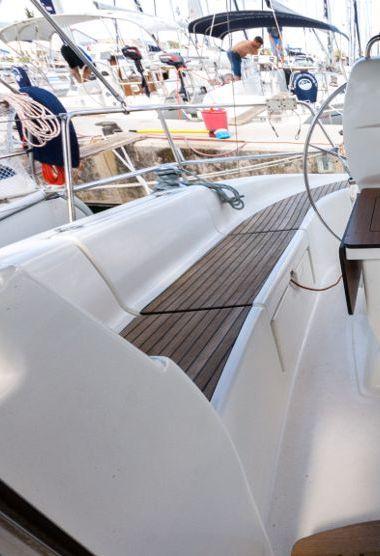 Sailboat Bavaria Cruiser 33 (2007)-3
