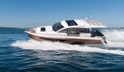 Barco a motor Sealine C330 (2012)