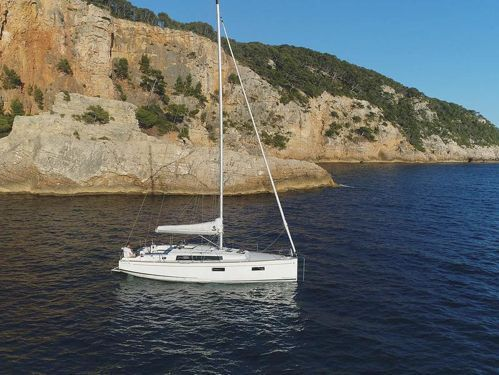 Sailboat Beneteau Oceanis 38 (2020)